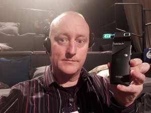 British Hypnotist, Hypnose Hipnose & illusionist och hypnotisör expert Jonathan Royle from Television Without Frontiers holding a Tele-Cast Device used to translate languages in real time to the live audience